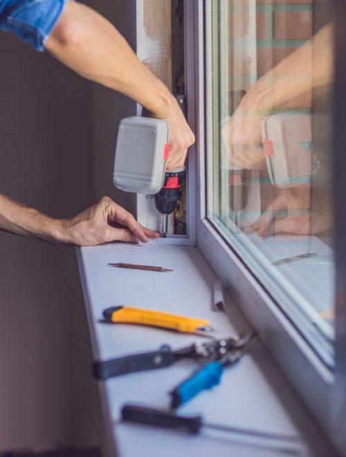 Illuminez votre intérieur avec une baie vitrée sur-mesure. b-vitrée met son expertise en menuiserie à votre service pour vous proposer la baie vitrée idéale.